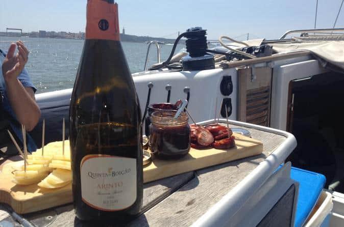 Tour de barco pelo Rio Tejo com degustação de vinhos portugueses